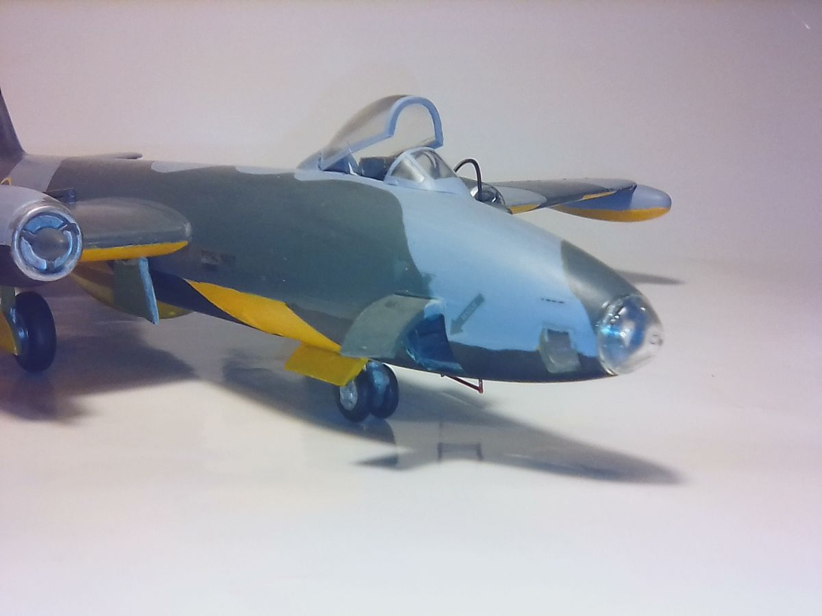 ENGLISH ELECTRIC CANBERRA 1/72 NOVO - 001 - Image 1