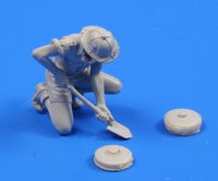 German WW II Engineer & 2 mines (1 figure) 1/35 - Image 1